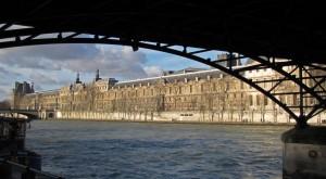 le Louvre depuis la pointe de l'île de la Cité